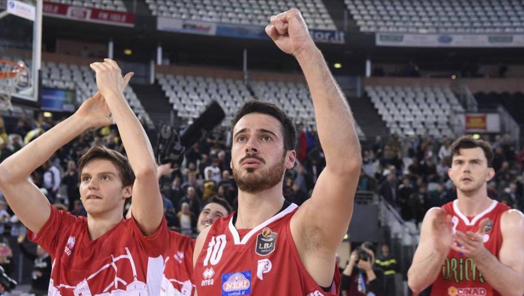 L'esultanza dei giocatori di Pistoia: la squadra di basket ha salutato la A dopo sette stagioni. CiamilloeCastoria